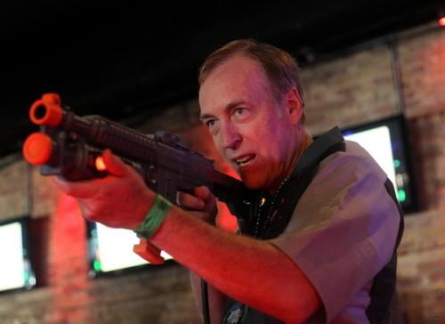 Eugene Jarvis 'defendiendo' en el arcade de Terminator Salvation
